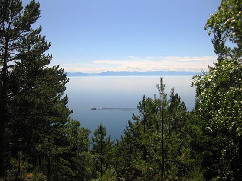 Вид на озеро байкал неподалеку от